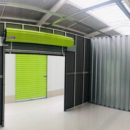 interno del deposito con serranda aperta