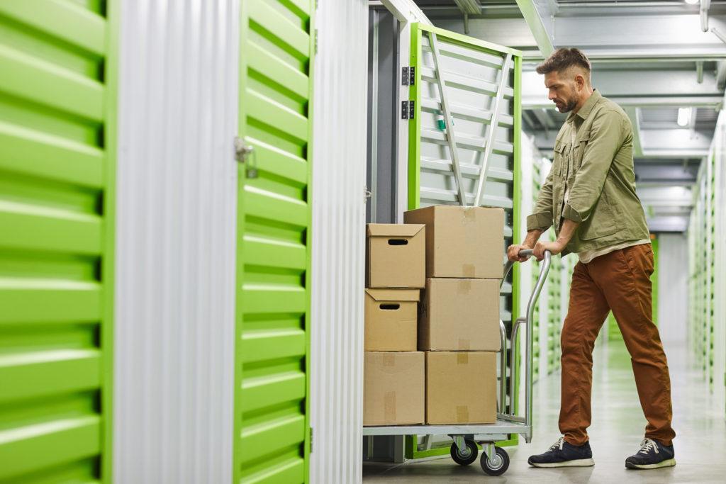 ragazzo porta scatole in box self storage