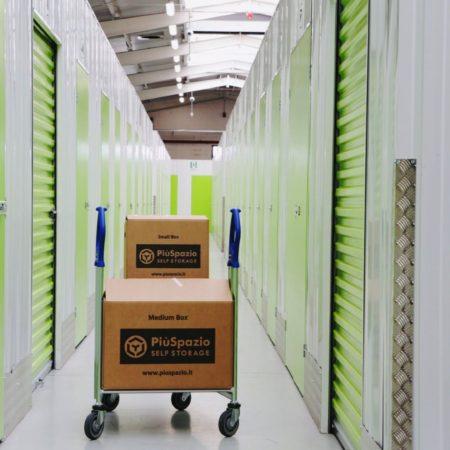 corridoio deposito piuspazio self storage con carrello e scatole